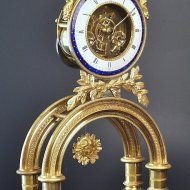 Antique French bow-clock, signed:'Chopin a Paris', ca. 1800